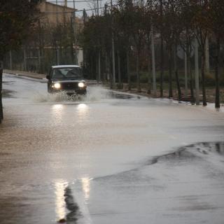 Diversos carrers i accessos al poble de Vilabertran han quedat totalment inundats