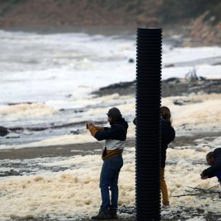 Diverses persones en una platja de l'Escala