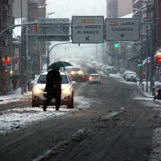 La neu, caient amb intensitat a Mollerussa a primera hora del matí d'aquest