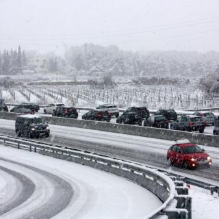 Cotxes atrapats per la neu a l'autovia C-15, a Sant Miquel d'Olèrdola (horitzontal) La neu col·lapsa l'autovia C-15 entre Vilanova i la Geltrú i Vilafranca del Penedès