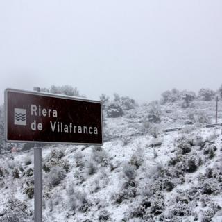 Tram de la C-15 a l'altura d'Olèrdola, on hi ha la Riera de Vilafranca, emblanquinat per la neu (horitzontal) La neu col·lapsa l'autovia C-15 entre Vilanova i la Geltrú i Vilafranca del Penedès