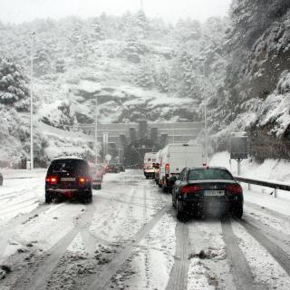 Neu acumulada a la calçada de l'A-2 a l'altura del túnel del Bruc. (Horitzontal) Tallada l'AP-7 entre Martorell i el Vendrell a causa de la neu