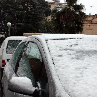 Gruixos prims de neu acumulats sobre vehicles a Valls.