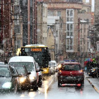 Centre de Valls col·lapsat a primera hora a causa de la neu.