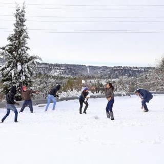 Joves que viatjaven a un autocar, aturat a El Bruc, juguen amb la neu