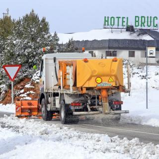 Un camió retira la neu de la carretera a l'autovia A2 al Bruc