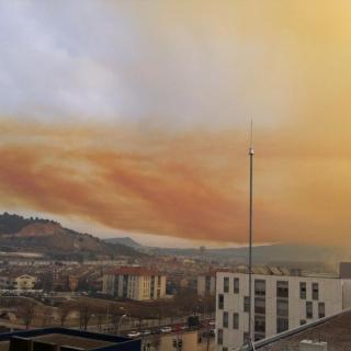 Una imatge del núvol taronja posterior a l'explosió a la part exterior a l'empresa química Simar. (Horitzontal) Una explosió en una empresa química d'Igualada obliga a confinar els veïns propers al polígon industrial