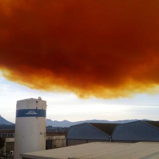 Imatge del núvol taronja que és visible des de molts punts d'Igualada. (Horitzontal). Protecció Civil aixeca el confinament excepte als nens i gent gran als municipis afectats pel núvol irritant d'Igualada