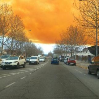 El cel d'Igualada tenyit de color taronja a causa del núvol irritant que s'ha creat per l'explosió en el transvasament d'àcid nítric en una empresa química de la ciutat