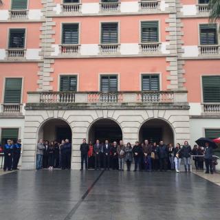 Minut de silenci davant de l'Ajuntament per les víctimes de l'accident