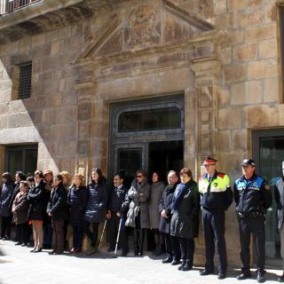 Minut de silenci davant l'Ajuntament de Tàrrega