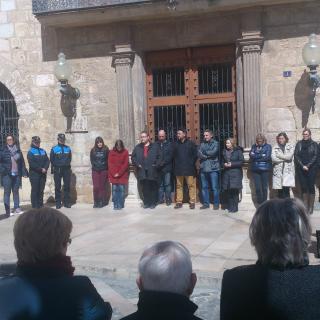 Veïns i regidors de l'Ajuntament de Montblanc fan un minut de silenci per a les víctimes