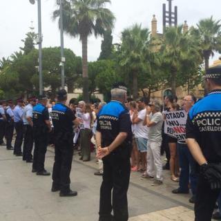 La policia custodia la sortida dels nous regidors de #Castelldefels.