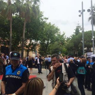 Una multitud escridassa el nou ajuntament legalment constituït
