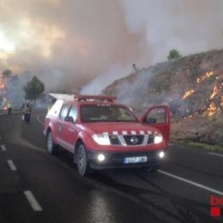 Efectius dels bombers i ADFs combaten el foc