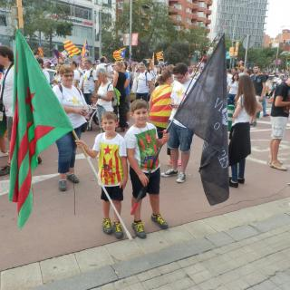 Elisabeth i Pau Vilar amb l'Estelada Calongina i la Bandera Negra