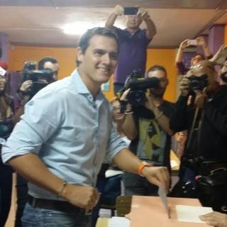 Albert Rivera, emetent el vot en un col·legi de l'Hospitalet