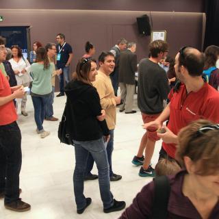 Gent votant al col·legi de Ciutat Vella  de Girona