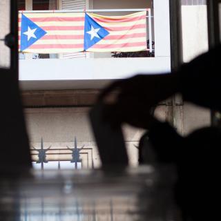 Reus, Estelades en un balcó darrere d'una persona dipositant el seu vot a les eleccions catalanes