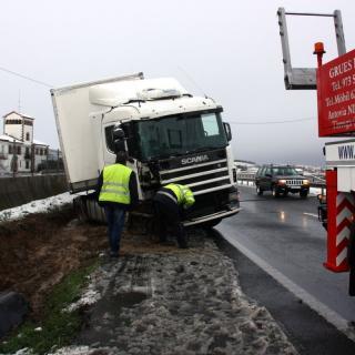 Un camió sortit de la via per la nevada a l'A-2 a l'alçada d'Anglesola i una grua iniciant les tasques per retirar-lo
