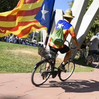 Lleida. Un jove porta una estelada en bicicleta
