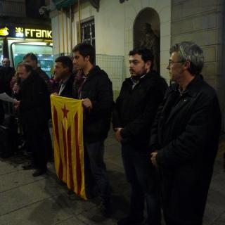 Unes 200 persones es concentren davant l'Ajuntament per mostrar el seu suport a Carme Forcadell i a tots els càrrecs encausats per defensar el procés