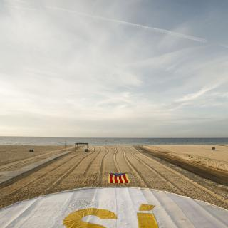 Estelada i Sí gegant a la platja d'El Masnou  Pau BARRENA CAPILLA 4638#Agencia AFP