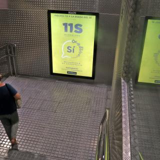 Cartell de la campanya de l'ANC a favor del Sí en una estació de Ferrocarrils de la Generalitat a Sabadell