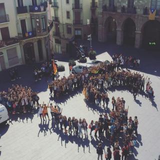 21/09/2017 Manifestació organitzada pels alumnes del Institut Lluís de Peguera, en suport a Barcelona. A la plaça Major, davant del ajuntament hem fet un SI amb persones. (8734) Foto: