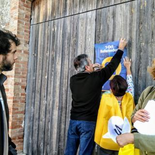 Enganxada de cartells a Belltall ( Conca de Barberà)