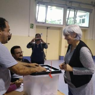 L'alcaldessa de Badalona, Dolors Sabater, ha votat a l'escola Lola Anglada