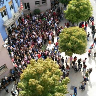 Ciutadans vetllant al CEIP Mossén Baldiri Reixach per evitar que la Guàrdia Civl s'emporti les urnes