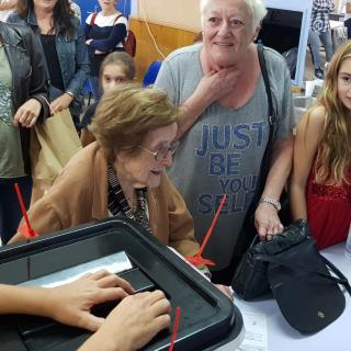 Àvia de 102 anys votant a Badalona