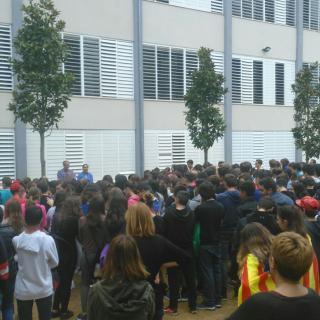 Concentració de rebuig a la violència policial a l'Institut Montsoriu