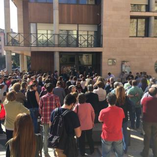 Unes 350 persones concentrades davant l'Ajuntament de Tremp