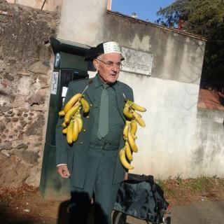 Una vista més propera de la foto de l'home que protesta escarnint la Guàrdia Civil a Olot.