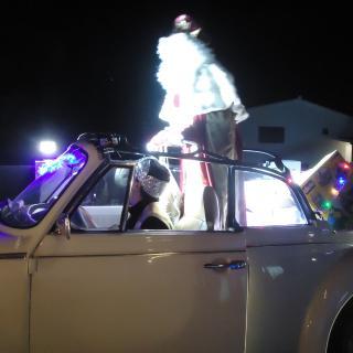 Els Reis Mags han arribat a Llorà amb cotxes clàssics descapotables