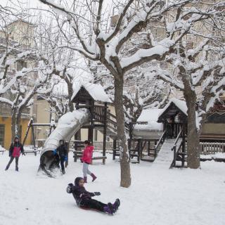 Nens jugant a una plaça de Sant Hilari Sacalm.