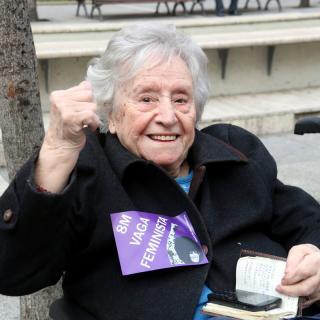 Una dona gran aixeca el braç a favor de la vaga feminista a Manresa
