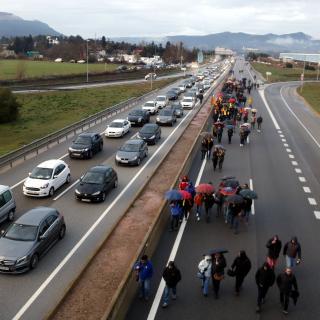 Manifestants caminant per la C-16 a Sallent amb els cotxes aturats al costat