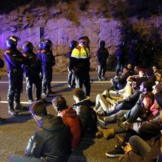 Els manifestants s'asseuen davant els mossos a l'AP-7 a Tarragona