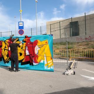 Pinten un mural davant la presó del Puig de les Basses, a Figueres