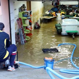 Els bombers han ajudat els veïns de Vilatenim instal·lant bombes d'aigua per poder netejar les zones inundades dels habitatges