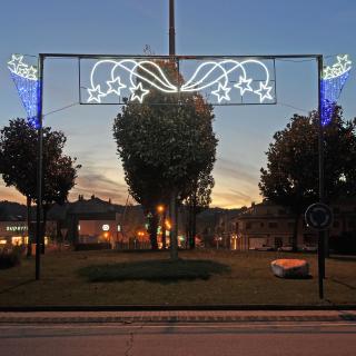 Rotonda a l'entrada del poble venint de Girona, il·luminada per les festes de Nadal.