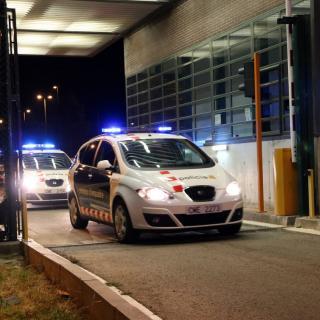 Els vehicles dels Mossos que han traslladat Dolors Bassa a la sortida a Figueres