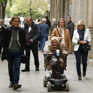 El candidat d'ECP, Jaume Asens, acompanyant a votar la seva àvia