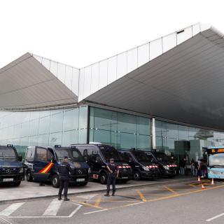 Agents de la policia espanyola i mossos fan guàrdia a l'aeroport del Prat
