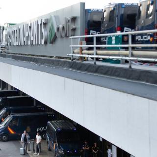 El terrat de l'estació de Sants, carregat de furgons policials