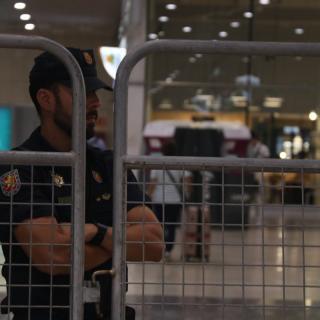 Un policia espanyol, darrere una tanca a l'estació de Sants