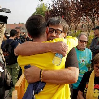 L'activista Joan Porras (Joan Bonanit) s'abraça a Jordi Pesarrodona, aquest dilluns a Lledoners